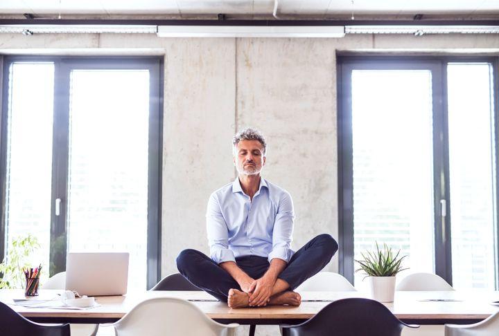Être moins stressé et plus créatif sont deux des effets de la méditation en entreprise.
