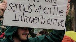 내성적인 사람들이 거리 집회에 나오면 이런 피켓을