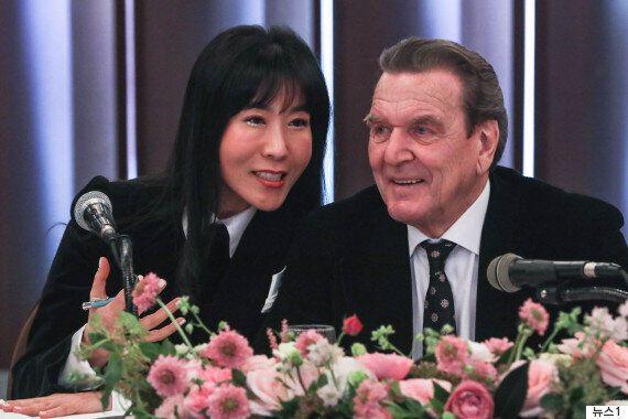 슈뢰더 전 독일 총리와 김소연씨가 서울에서 결혼 발표 기자회견을