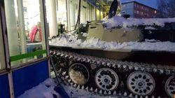 만취한 러시아 남성이 장갑차를 훔친 후 저지른