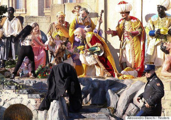 페미니스트 단체 '페멘' 활동가들이 바티칸에서 토플리스로 #MeToo 시위를