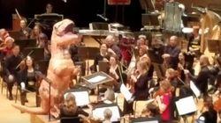 오케스트라 공연에 공룡이
