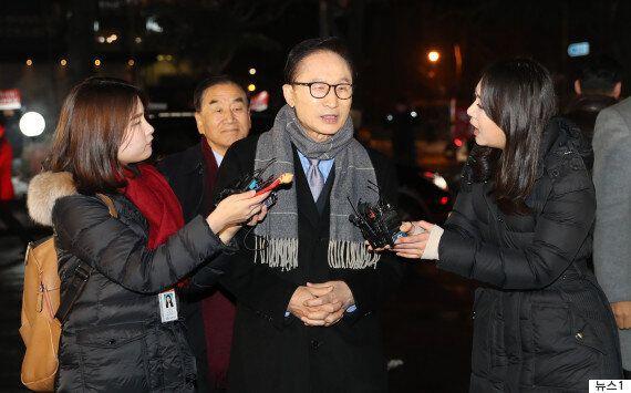 송년모임 가는 길에 기자들과 마주친 이명박이 '다스는 누구 것이냐'는 질문에