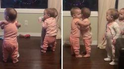 네 쌍둥이가 한 명 한 명 빠짐없이 서로를 안는