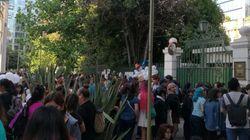 칠레 한국대사관 앞에 종현을 추모하는 팬들이