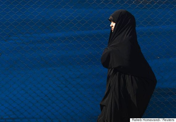 이란 여성들이 히잡을 집어