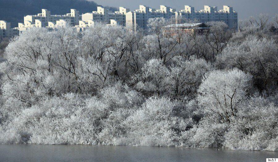 한파가 춘천 소양강에 동화 같은 풍경을