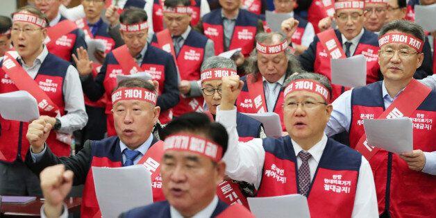 10월21일 오후 서울 용산구 대한의사협회에서 열린 '국민건강수호 비상태책위원회 발대식'에서 참석자들이 결의문을 낭독하고