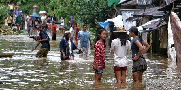 태풍 '카이탁'이 상륙한 필리핀 중부 사마르 지역이 폭우에 의해 물에 잠겨