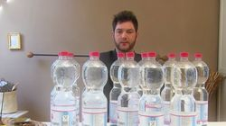 이 남자는 죽지 않기 위해 매일 20L의 물을