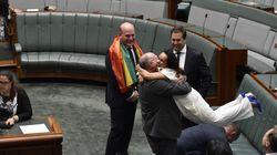 호주 반대 정당 의원들이 동성결혼 법제화 통과 후 서로를