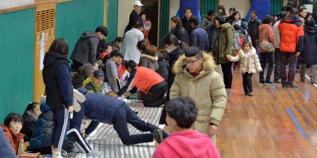 계속되는 여진에 놀란 북구 흥해읍 주민들이 흥해실내체육관으로 대피하고