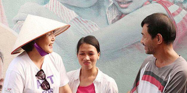 김정숙 여사, 베트남 벽화 마을서 서 넝라 쓰고