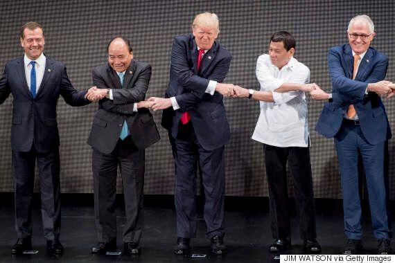 도널드 트럼프는 각국 정상과의 기념사진 촬영이 정말이지