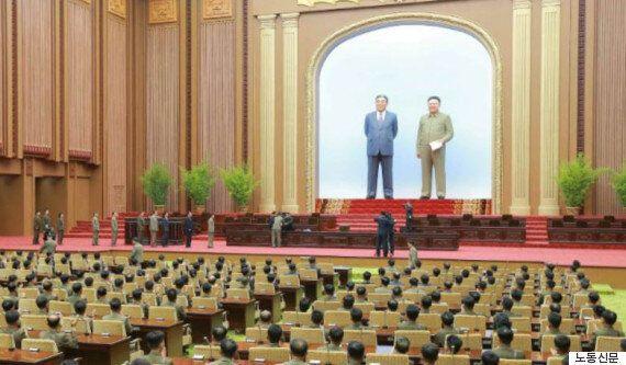 색깔옷 입고 활짝 웃는 독재자...이것은 '풍자'가