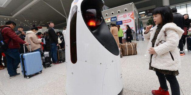 지난 2월 15일 중국 정저우 시 기차역에서 로봇 경찰이 순찰을 돌고