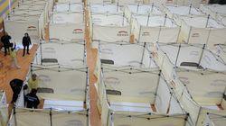 칸막이가 설치된 지진 피해 이재민 대피소가