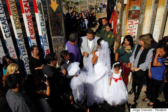 미국-멕시코 국경장벽에서 결혼식이