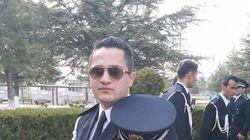 자폭테러범이 등장하자 25살 아프간 경찰이 달려가