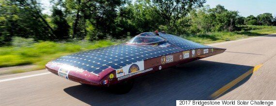 태양광 자동차 경주에서 우승한 차량들의 사진을