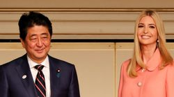 일본 방문한 이방카를 대하는 아베 총리의