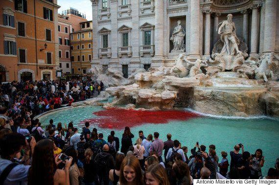 로마 트레비 분수가 핏빛으로