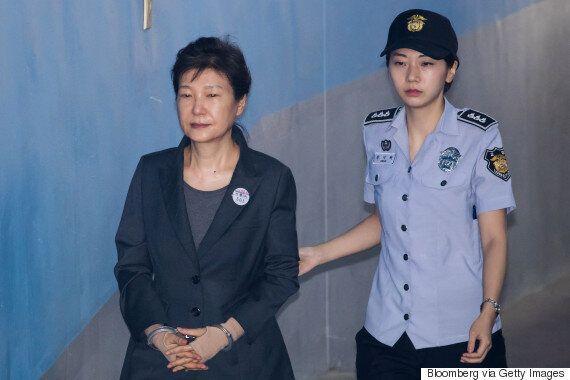 법원이 박근혜 국선변호인 5명을 선정하며 인적사항을 '비공개'한