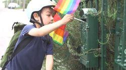 이 6살 아이가 집집마다 무지개 깃발을 꽂는
