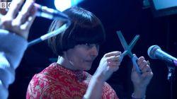 노엘 갤러거의 밴드에는 '가위 연주자'가