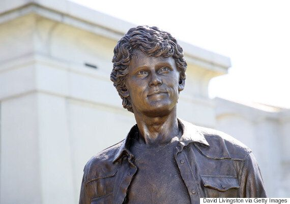 27세의 나이로 사망한 배우 안톤 옐친의 추모 동상이