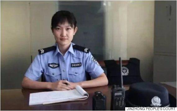 재판 중인 피고의 아기를 위해 젖을 먹인 중국