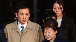 박근혜 변호인단이 전원 사퇴하며 '역사의 후퇴'