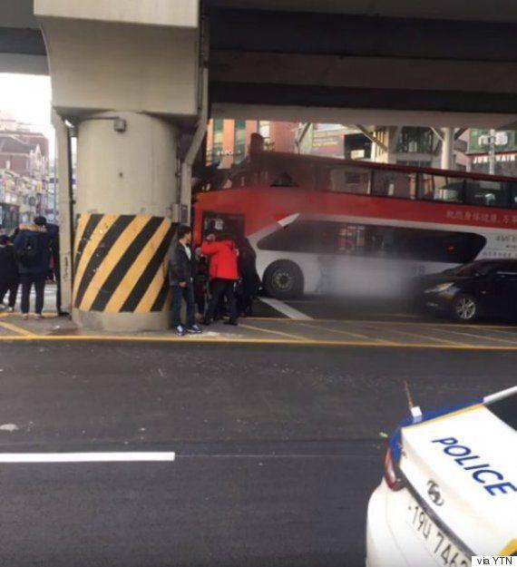 2층 광역버스가 당산역 고가에 끼이는 사고가