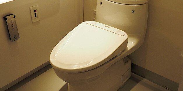 화장실 변기에 '스마트폰' 설치해 불법 촬영한 37세 남성의