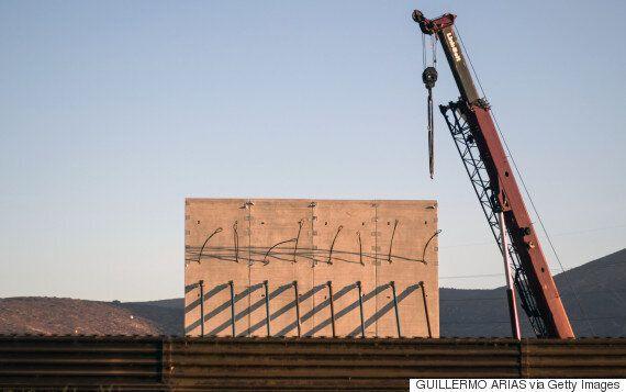 트럼프의 미국-멕시코 국경 사이의 장벽 건설을 위한 시제품이 세워지고