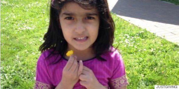 이 9세 소녀는 아빠가 만든 팬케이크를 먹고