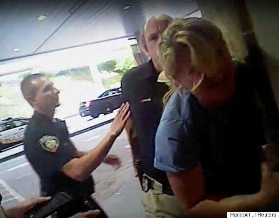 환자 혈액을 보호하려던 간호사를 폭압적으로 체포한 경찰이 결국