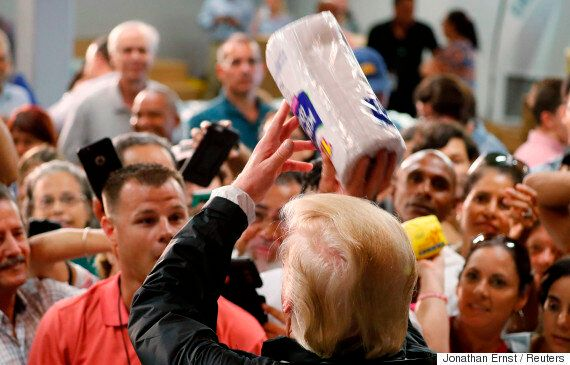 도널드 트럼프가 허리케인 이재민들에게 종이 타월을