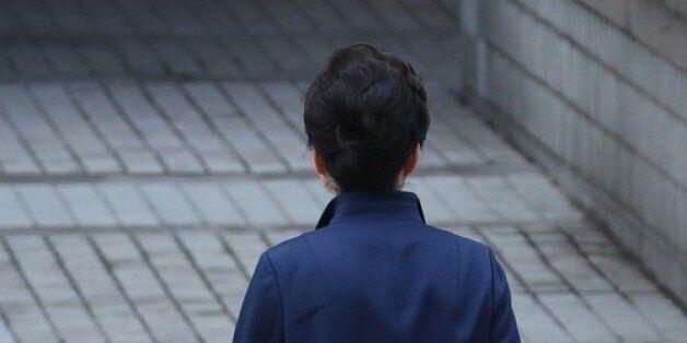 자유한국당이 박근혜 전 대통령 쪽에 탈당 권유를 공식
