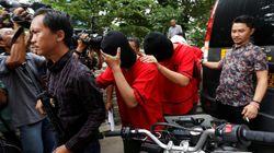 인도네시아 경찰이 '게이 사우나'를 급습해 남성 51명을