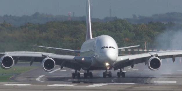 이 무시무시한 여객기 착륙 장면을 보고 있노라면 비행은 하고 싶지도 않을
