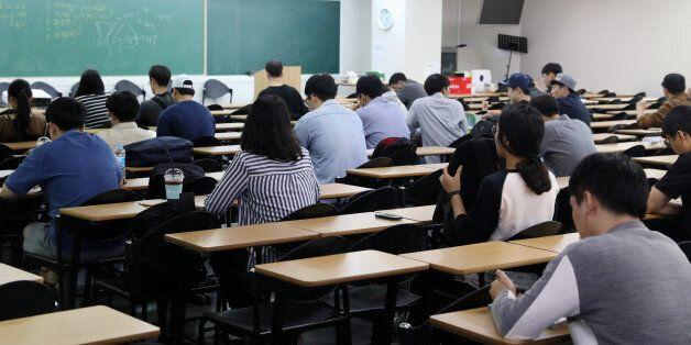 공무원 시험 합격자들은 평균 2년2개월이 걸렸다