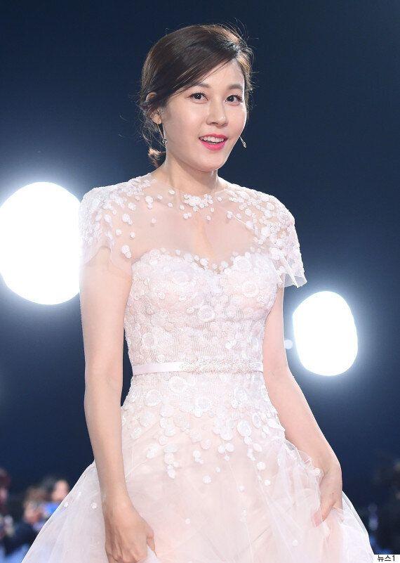 배우 김하늘이 임신 소식을