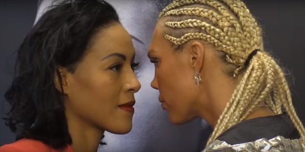 챔피언과 '눈싸움'을 벌이던 한 프로복서가 기습 키스를