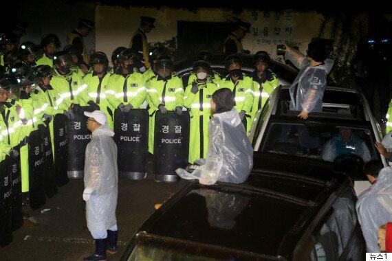 성주에서 사드 배치 반대 주민들이 시위를 해산하려는 경찰과