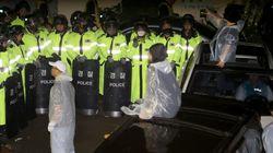 사드 배치 반대 주민들이 시위를 해산하려는 경찰과