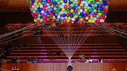 이 퍼포먼스가 풍선 2만 개로 공중부양한 이유는 행복에 대한 공포