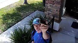 낯선 남자가 우리집 CCTV 카메라에 한
