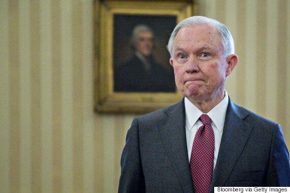 도널드 트럼프 대통령은 면전에서 세션스 법무장관에게 모욕을