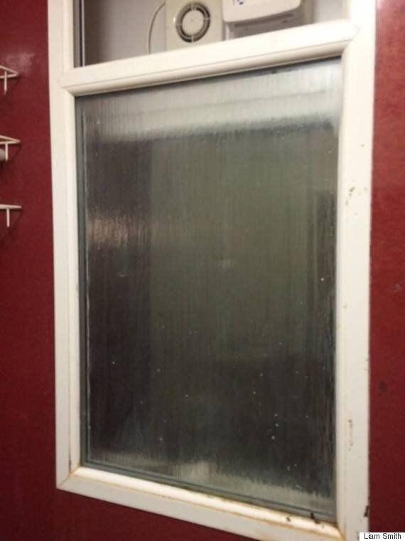 첫 데이트 남성의 집 화장실 창문에 끼어버린 여자의 로맨틱한